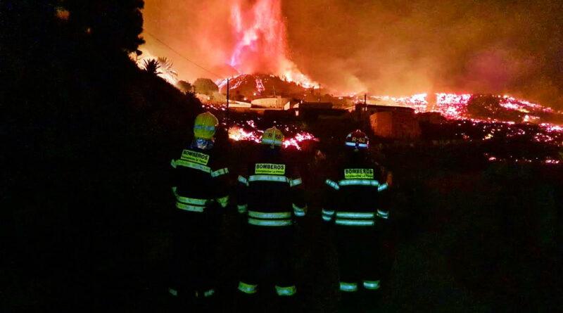 Éruption volcanique aux Canaries : les pompiers contre la lave